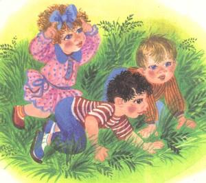 Дети ползают по лугу