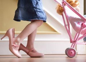 Детская обувь, фото шутка, девочка надела мамины туфли