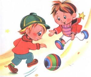 Мальчики играют с мячом