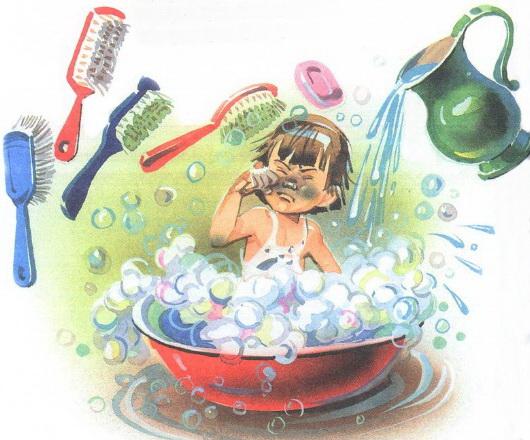 Грязный мальчик моется в тазике