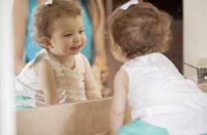 Зеркало, в которое смотрится маленькая девочка
