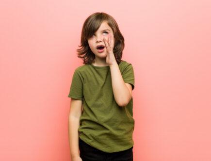 мальчик говорит скороговорку
