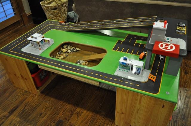 Детский стол с горками для машинок