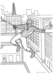 Человек-паук летит на паутине в городе