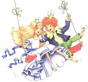 Принцесса и принц катаются на качелях